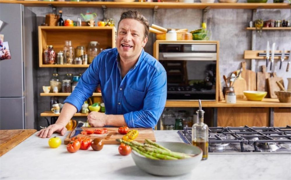 """Jamie Oliver admits to using iPad to """"hypnotise"""" his son into eating"""
