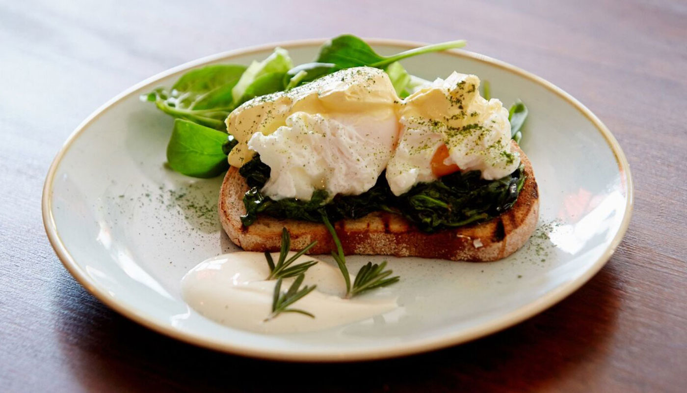 Gigalum spinach and eggs on toast