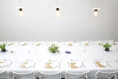 Eatwith – Banquet in a photography studio